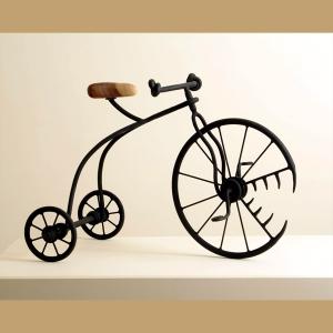 """פסל האופניים """"נושך"""", מתוך תערוכת האופניים """"מתגלגלים"""" של ישראל פרימו"""