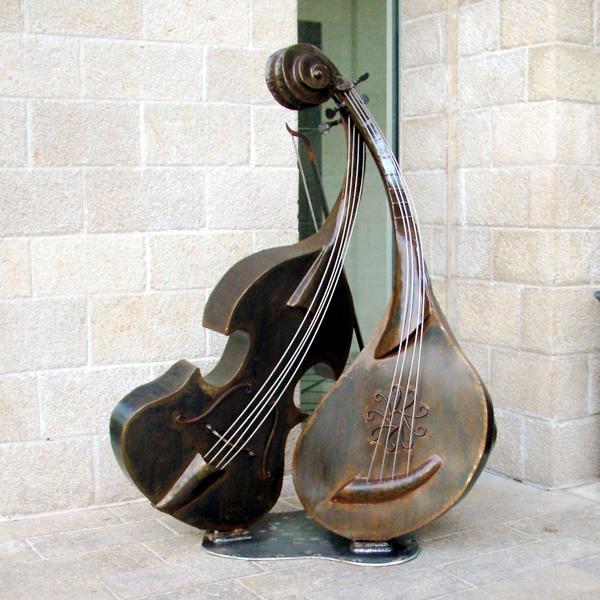 פסל מנדולינה וכינור של הפסל ישראל פרימו בקריית ביאליק
