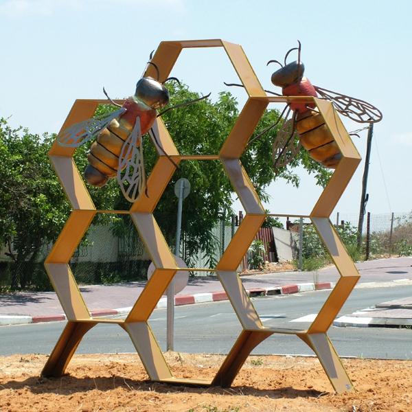 פסל הדבורה, ישראל פרימו